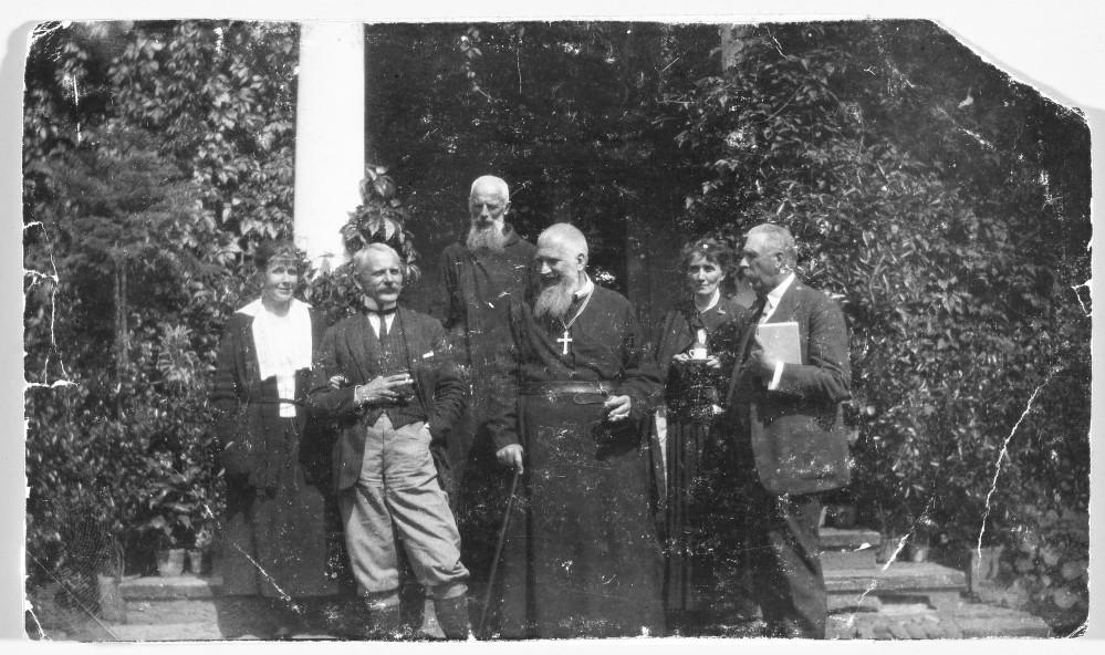 Леон Шептицький і Ядвіґа з Шембеків, Климентій та Андрей Шептицькі, Александр Шептицький із Ізабеллою з Собанських, близько 1910 року. Джерело: Muzeum Narodowe we Warszawie