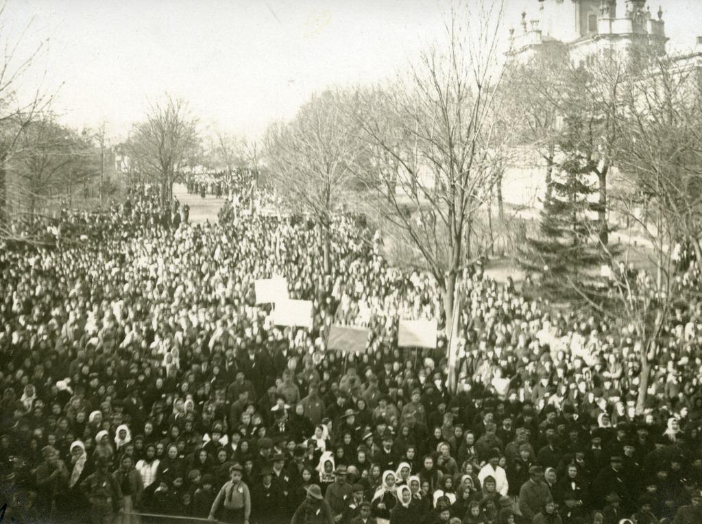 Мітинг на Святоюрській площі 20 жовтня 1918 року. З колекції Степана Гайдучка