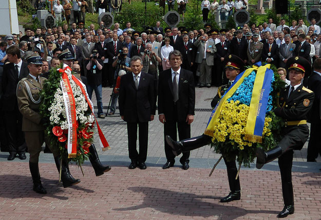 Presidents Aleksander Kwaśniewski and Viktor Yushchenko at the opening of a memorial on June 24, 2005.