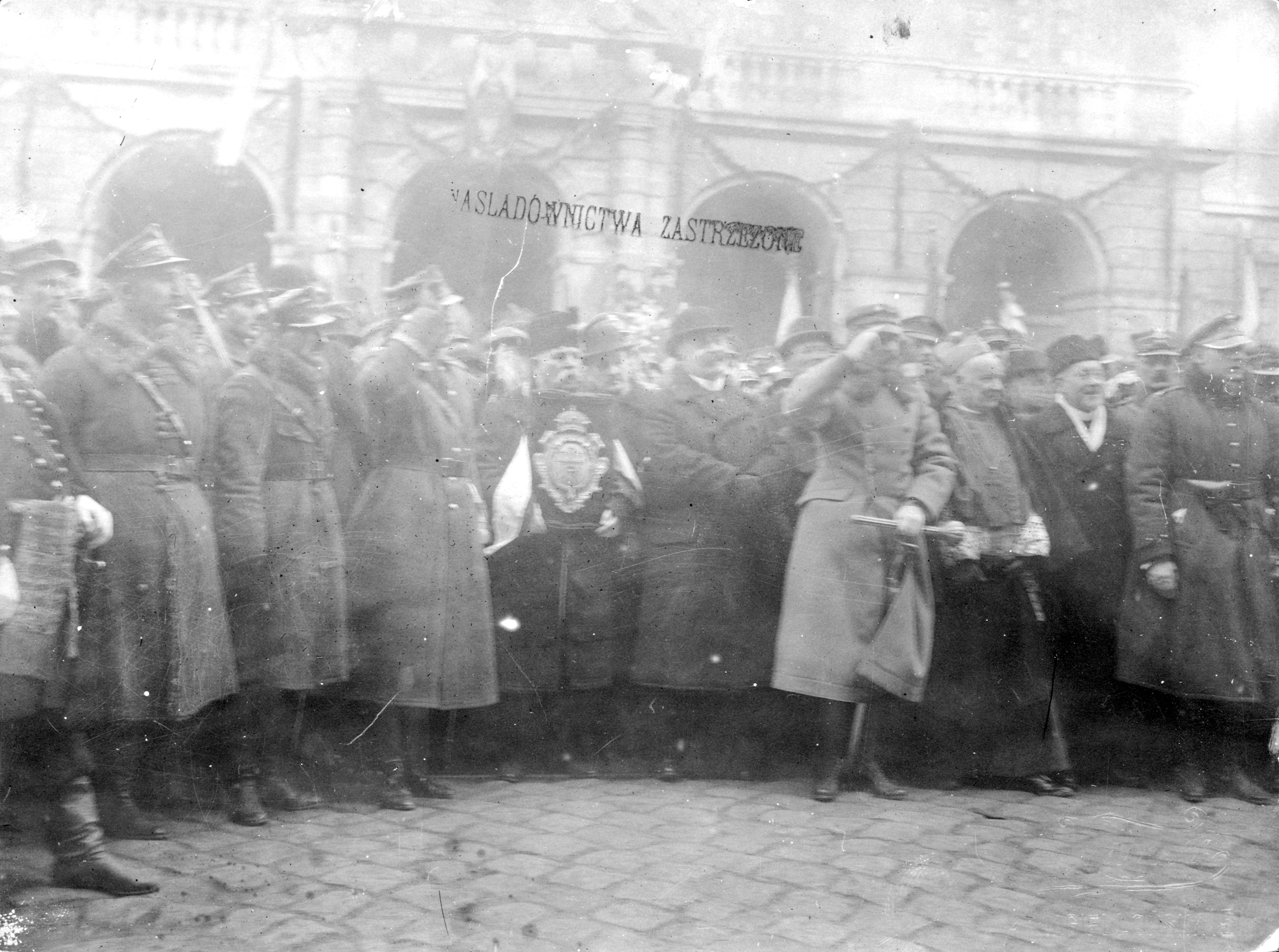 Virtuti Militari order being awarded to Lviv. In the center of the photo, president (mayor) Józef Neumann in holding it. Source: Narodowe Archiwum Cyfrowe