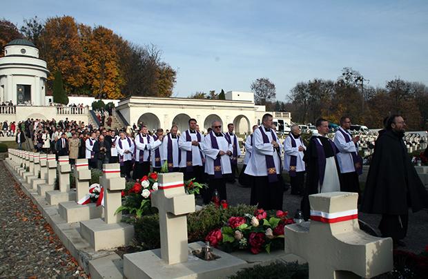 """Dzień Wszystkich Świętych 1 listopada 2018 roku na """"Cmentarzu orląt"""". Fot. Konstanty Czawaga / Kurier Galicyjski"""