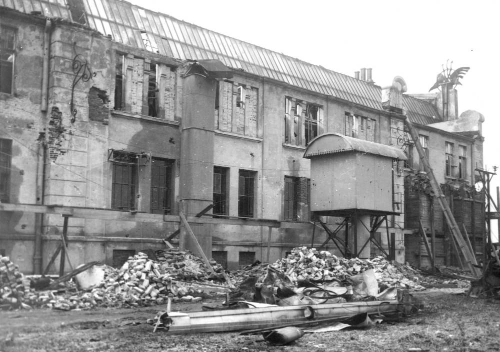 Zniszczenia elektrowni na Persenkówce niedaleko od miejsca zaciekłych walk.