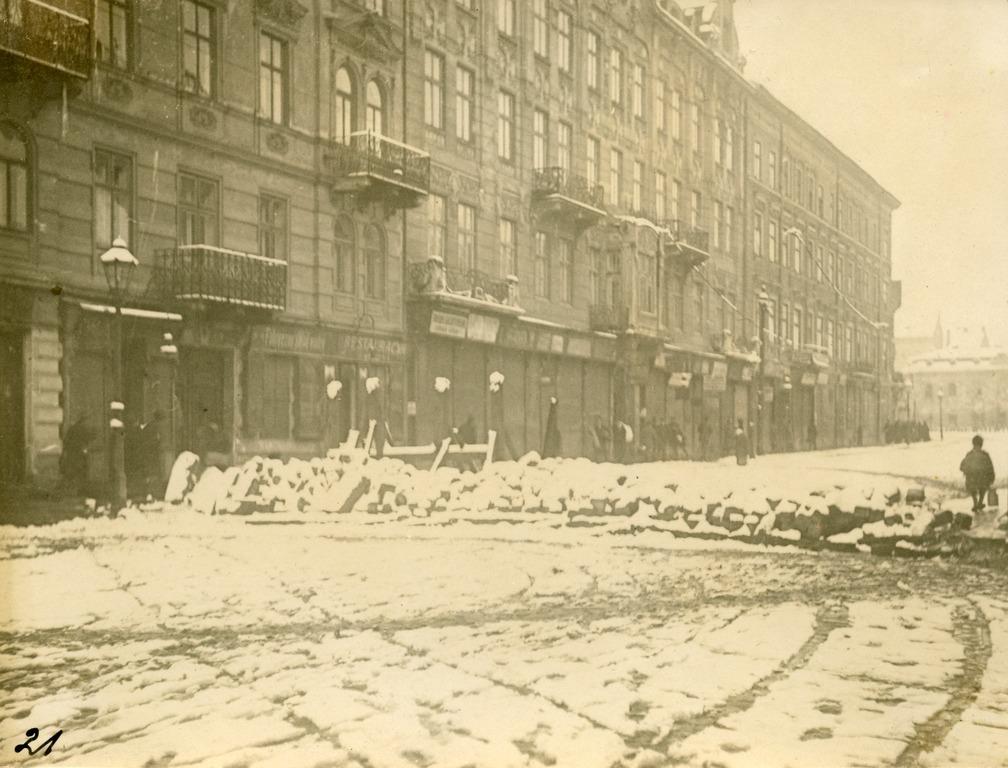 Барикада на вулиці Городоцькій (посередині будинок під сучасним №45). Фото з колекції Степана Гайдучка