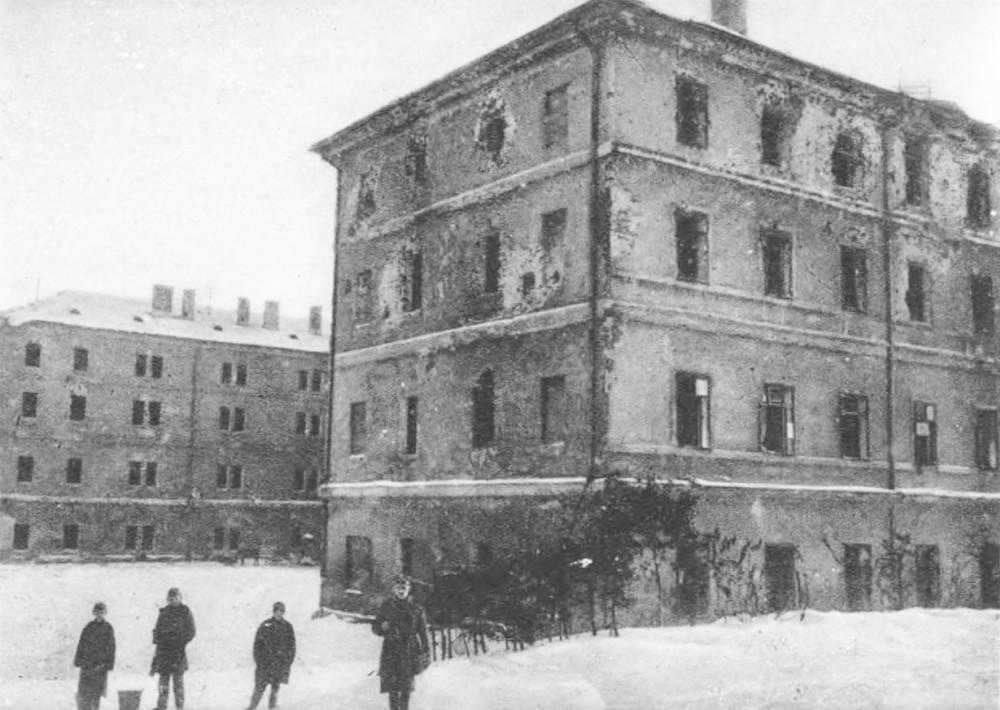 Zniszczenia koszar. Budynek główny (widok od tyłu) Źródło: Semper Fidelis: Obrona Lwowa w obrazach współczesnych, 1930, tabl. 38