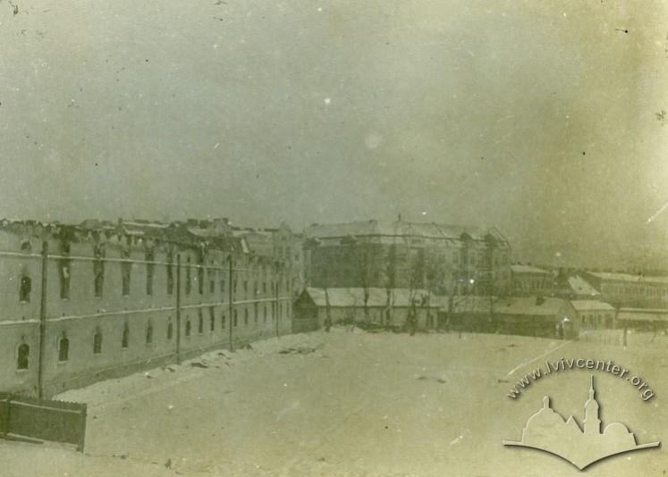 Zniszczenia koszar po walkach. W tle widać budynki mieszkalne na ulicy Janowskiej (obecnie Szewczenki). Zdjęcie z kolekcji Jurija Zawerbnego