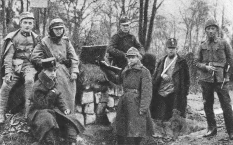 Polska grupa przy Ogrodzie Jezuickim (obecnie park im. Franki). Źródło: Semper Fidelis, 1930