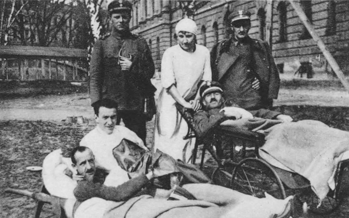 Wounded Polish soldiers by the hospital that functioned in the Polytechnic School building