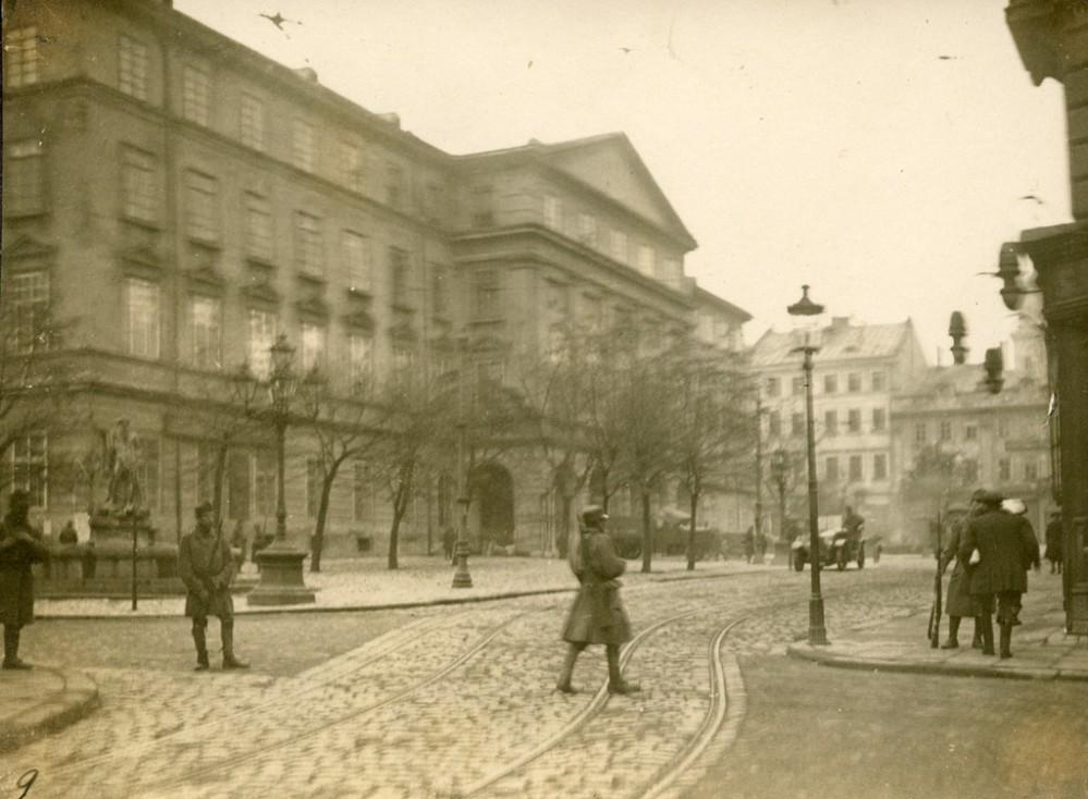 Rynek podczas wydarzeń listopadowych. Fotografia z kolekcji Stepana Hajduczka