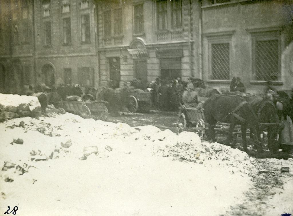 Dowóz produktów do miasta na ulicę Blacharską (obecnie Fedorowa), prawdopodobnie do rady aprowizacyjnej w budynku Proswity. Zdjęcie z kolekcji Stepana Hajduczka