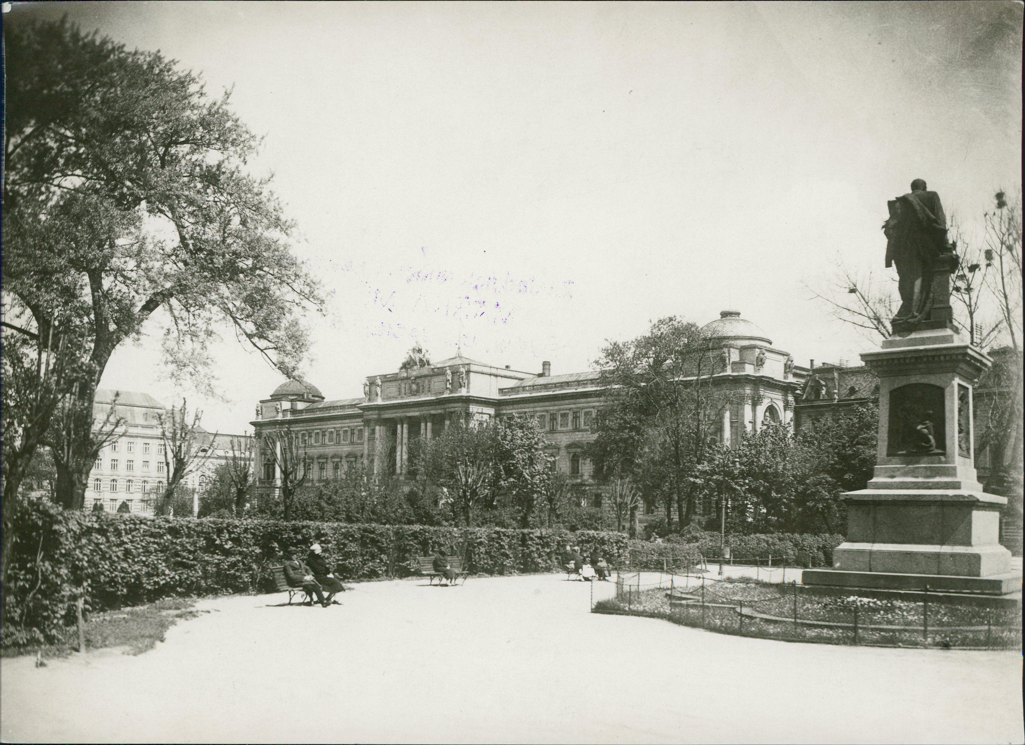 Будинок Галицького сейму. Поруч пам'ятник Аґенору Ґолуховському, одному з намісників Галичини.