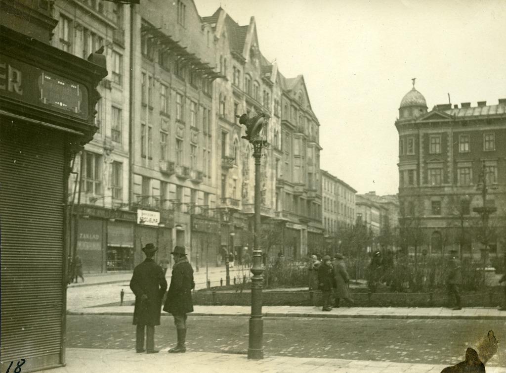 Містян на вулиці у листопаді 1918. Фото з колекції Степана Гайдучка