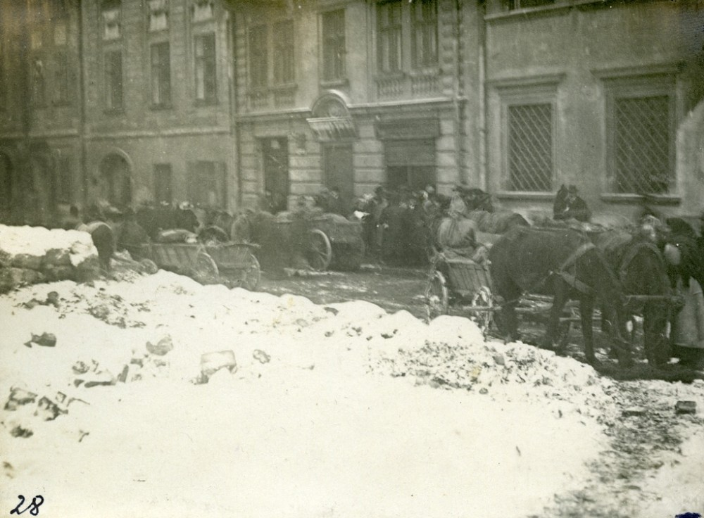 Food carts on a Lviv street during November 1918. From the collection of Stepan Hayduchok