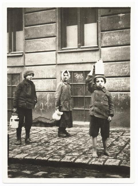 Діти після погрому з їжею, отриманою від польової кухні. Джерело: цифровий архів YIVO